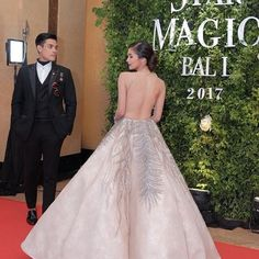 "Kim Chiu | Xian Lim | KimXi |   Star Magic Ball 2017 | 093017 | Royal Couple  King Lim and Queen Chiu 👑👑👫😍  @chinitaprincess @xianlimm  ©@megastyleph  ""#KimChiu's back-bearing gown steals the show! #StarMagicBall2017""    #KimChiu #XianLim #KimXi #StarMagicBall2017"