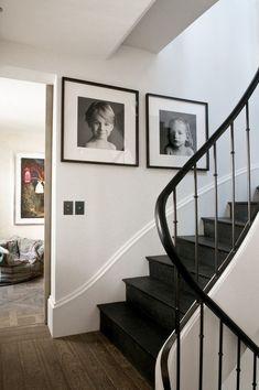 Dark stairs, lighter floors   FORLAB: Día de Reflexión. Eclecticismo #darkmodernmansion