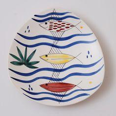 Vissen in blauwe golven. Bord. Ontwerp: Inger Waage.