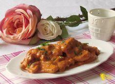 Pollo cremoso in salsa rosa, ricetta facile. Come cucinare lo spezzatino di petto di pollo con salsa rosa cremosa con pomodoro, secondo facile e gustoso