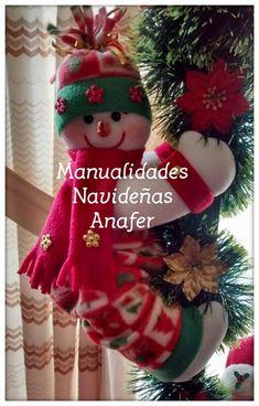 Hermoso farol de Nieve y Santa para decorar tu hogar.   Los muñecos están elaborados en tela polar y rellenos de napa siliconada. El farol... Diy Christmas Ornaments, Christmas Stockings, Wood Boxes, Holiday Decor, Crochet Bebe, Dolls Dolls, Home Decor, Christmas Ornaments, Christmas Decor
