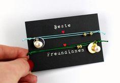 Freundschaftsbänder - graviertes ARMBAND mit perle freundschaftsset - ein Designerstück von pau-bijoux bei DaWanda