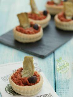 Sfogliatine con carciofi su crema di pomodori secchi un fingerfood facile e veloce per aperitivi tra amici, scampagnate e buffet