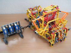 Métier à tisser mécanique en Lego Technic. Lego weaving loom.