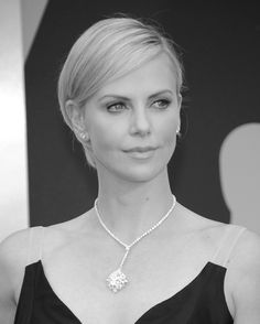 Charlize Theron en Harry Winston http://www.vogue.fr/joaillerie/red-carpet/diaporama/bijoux-oscars-2014-red-carpet/17804/image/978249