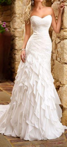 Me gusta que el traje de novia no tenga tirantes, pero yo deseo que el traje de novia tenga más chispaz.
