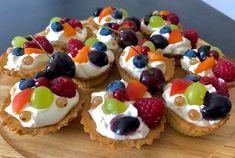 Kruche babeczki z kremem mascarpone i owocami - Blog z apetytem Cake Recipes, Dessert Recipes, Tasty Bites, Polish Recipes, Cake Cookies, Cake Pops, Tapas, Sweet Tooth, Cheesecake