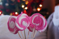 Fondant Icing Lollipops by Francines Place. Easy, quick and no bake desset recipe for Christmas. Christmas No Bake Treats, Christmas Sweets, How To Make Lollipops, No Bake Desserts, Dessert Recipes, Sweet Night, Italian Christmas, Red Food Coloring, Fondant Icing