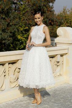 Dorota Czaja w białej sukience ślubnej z koronki oraz szpilkach w kolorze nude.