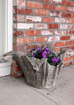 Hon doppar handduken i betongblandningen. Resultatet när det har torkat är helt lysande! – Uppskattat.se