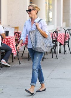 Reese Witherspoon - Reese Witherspoon Visits a Salon
