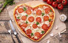 Pizza!  A sugestão é servir essa receita simples, mas deliciosa, de maneira ousada. Olha só como a delícia fica linda em formato de coração. (Foto: ThinkStockPhotos)