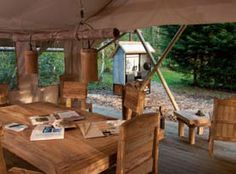 Verscholen in het groen liggen twee luxe leeftenten met veel ruimte. Met verborgen badvijver en op hout gestookte sauna!