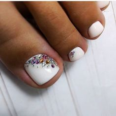 Pedicure with accents Gold Acrylic Nails, Square Acrylic Nails, Rose Gold Nails, Pretty Toe Nails, Cute Toe Nails, Fancy Nails, White Toe Nail Polish, Toe Nail Art, Pedicure Designs