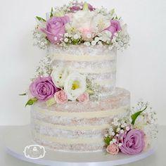 Naked Cake para Casamento: 2 andares, de massa branca com recheio de ganache de limão siciliano, decorado com Flores Naturais.