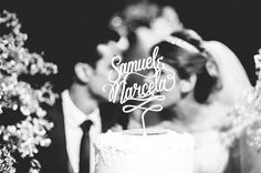 Casamentos Reais - 2Wed - Samuel e Marcela Topo de bolo personalizado com os nomes dos noivos. Linda decoração com tulipas amarelas.
