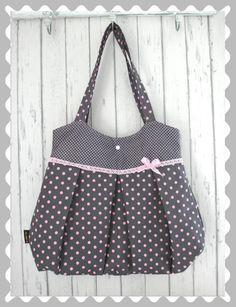 Hier kaufst Du eine schöne Ballontasche in Grau mit Rosa Punkten und Pünktchen.    Eine rosafarbene Spitze veredelt die Tasche. Die süße Schleife gibt der Tasche den letzen Schliff.   Der...