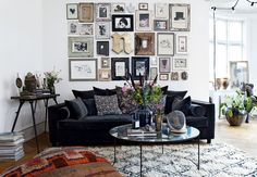 Living room with vintage gallery wall Velour Sofa, Interior Design Hd, Interior Ideas, Bohemian Apartment, Bohemian Interior, Apartment Living, Gravity Home, Lets Stay Home, Deco Boheme