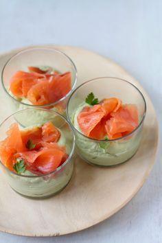 aperitivo de salmón y aguacate Ingredientes para 4 raciones: – 1 aguacate – 175 gr de queso cremoso – Zumo de 1/2 lima – Sal – Pimienta negra molida – 100 gr de salmón ahumado en lonchas