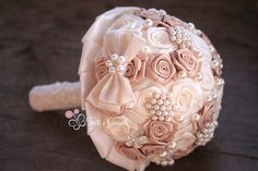 Bouquet gioiello con rose di raso bianche e beige e perle