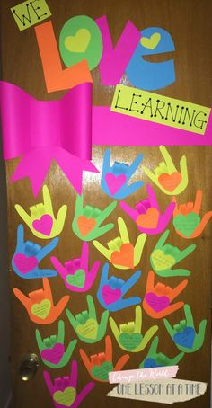 Valentine& Day Bulletin Board/Door for the Craft-Phobic Teacher - spread the love! This could easily be used at any time of year - you could have students write something they love about their class or school, an act of kindness from another student, etc. Valentine Day Crafts, Holiday Crafts, Printable Valentine, Free Printable, Valentines Day Bulletin Board, Valentines Day Decor Classroom, February Bulletin Board Ideas, Teacher Doors, School Doors