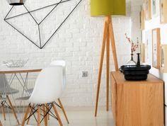 0-deco-murale-pour-la-salle-a-manger-chaises-tulipes-en-plastique-blanc-sol-lino-beige