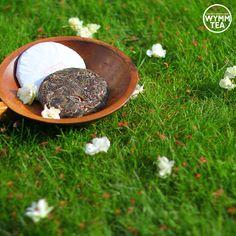 Time for a new 2014 Fall Dongban Shan cake.  #dongbanshan #puer #puerh #tea #chinesetea #sheng #grass #wood #teacake #tealover #teaart #teatime #teaaddict #tealeaves #afternoontea #chill #monday #relaxation #healthy #healthyliving #organic #summer #sunset #steepster #flower #wymmtea #茶 #普洱 #中国茶 #东半山