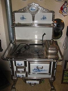 Beautiful antique Art Nouveau kitchen stove with Delft Painting and paw feet. Probably from Holland, Antique Kitchen Stoves, Antique Wood Stove, Old Kitchen, How To Antique Wood, Vintage Kitchen, Kitchen Decor, Antique Art, Vintage Art, Delft