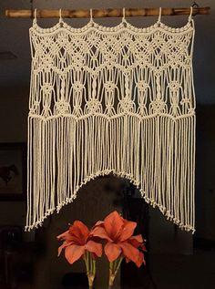 Con una armadura de medallón, este patrón de macramé intrincada es elegante y atemporal. Utilizar como un arco de boda o telón de fondo, como una ventana de cubierta o cabecera. Utilizar encima de una consola de mesa. Pueden ajustar las dimensiones indicadas aquí. Tamaño: Colgante Macramé medidas 27 de ancho y 42 de largo con 26 en el arco de centro Título: armonía Montado este macramé colgando a una caña de bambú de oro cosechada de nuestra granja de caballo. El bambú es fuego curado y p...