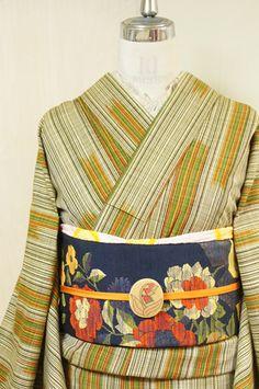 クリームイエローと黒のリズミカルなストライプをベースに、ブルーナの絵本を思わせるオレンジ、黄色、グリーンのカラーで織り出された絣模様がアクセントになったウールの単着物です。 Kimono Japan, Yukata Kimono, Kimono Outfit, Kimono Fabric, Kimono Fashion, Japanese Textiles, Japanese Patterns, Japanese Outfits, Japanese Fashion