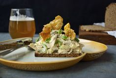 Kyllingesalat med æbler, blegselleri, estragon og sprødt kyllingeskind // Danish Chicken Salad with apples, celery, tarragon and crispy chicken skin #smørrebrød #påskefrokost