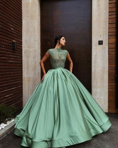 Coloured dresses also seem to be a growing trend - and we're totally in love with that! Love this stunner by Tag your girls to see if they like this . Ball Gowns Prom, Ball Gown Dresses, Event Dresses, Formal Dresses, Grad Dresses, Pretty Prom Dresses, Cute Dresses, Beautiful Dresses, Vestidos Color Blanco