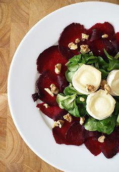 Pečená červená řepa s polníčkem, kozím sýrem a ořechy Caprese Salad, Salads, Healthy Recipes, Healthy Food, Food And Drink, Vegetables, Fitness, Diet, Healthy Foods