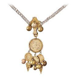 """BRUDEDALER/AGNUS DEI  Forgylt sølv og sølv. Medaljong med gravert motiv av Amor medpil og bue og kvinne. Baksiden gravert med rose omkranset med girlander.  Tre mynter """"8"""" skilling. Motiv av Fredrik IIII av Danmark/Norge, 1699 - 1730. påmontert med skåler og spyd. Kjede er """"flat lekje""""- type. HØYDE anheng 13 CM LENGDE 95 Pocket Watch, Pendant Necklace, Flats, Watches, Accessories, Jewelry, Loafers & Slip Ons, Jewlery, Wristwatches"""