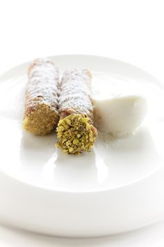 cannoli siciliani e gelato alla mandorla