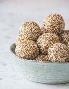 Sesame and Vanilla (Nut Free) Energy Balls Deliciously Ella Superfood Recipes, Raw Food Recipes, Sweet Recipes, Vegan Energy Balls, Energy Bites, Yummy Veggie, Delicious Food, Deliciously Ella, Sports Food