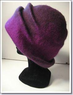 hoed van vilt .   De hoeden worden op maat gemaakt.   Heerlijk warm en in de kleur die je zelf uitkiest .  Deze hoed is verkocht.