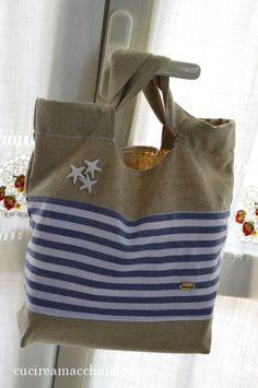 Tutorial di cucito creativo per cucire a macchina una Sea Shopper per il mare. Solo lino grezzo e cotone per una borsa mare facile e veloce da confezionare. Marimekko Fabric, T Bag, Burlap Curtains, Jute Bags, Fabric Bags, Cotton Bag, Cloth Bags, Tote Handbags, Sewing Projects