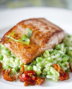 Baked salmon with pea and tomato confit risotto - nourriture Fish Recipes, Seafood Recipes, Cooking Recipes, Healthy Recipes, Salade Caprese, Low Carb Brasil, Food Porn, Cuisine Diverse, Feel Good Food