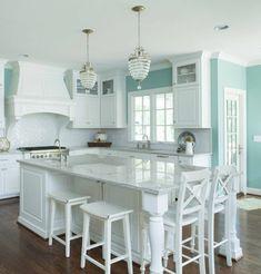 couleur mur cuisine bleu clair, aménagement cuisine en blanc, ambiance calme, sereine
