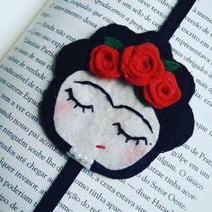 Marcador de Livro Frida R$8.00 Sigam -> @luahmattos @jadirfelipe #blue #love #Mickey #marcador #livros #book #instalivros #leitores #leitoracompulsiva #leitora #amomeutrabalho #amolivros #intriseca #arqueiro #cute #marcadoresdelivros #booksgram #instabook #felt #feltro #ornaments #fashion #like #followme #booksmark #plants #always #cactus #morebooks Felt Crafts, Diy And Crafts, Arts And Crafts, Kids Crafts, Sewing Crafts, Sewing Projects, Felt Bookmark, Book Markers, Felt Fabric