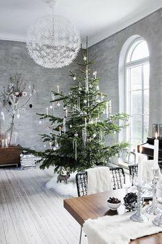 Pour un Noël givré, optez pour la décoration blanche grise et argenté avec des accents scandinaves et de la fausse fourrure