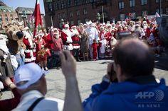 毎年恒例の世界サンタクロース会議(Santa Claus World Congress)に参加した各国のサンタクロースたち。デンマークの首都コペンハーゲン(Copenhagen)で(2013年7月21日撮影)。(c)AFP/Scanpix/David Leth Williams ▼28Jul2014AFP|今年も開催、サンタの年次集会 デンマーク http://www.afpbb.com/articles/-/3021591 #Santa_Claus_World_Congress
