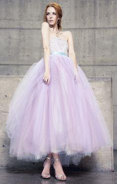 Vestido de fiesta strapless, largo midi. </br> Top de encaje bordado y pedrería, falda con densas capas de tul. Color lila y detalle de listón azul a la cintura.