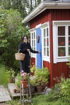 Perisuomalainen punainen tupa on terästetty sinisellä Swedish Cottage, Red Cottage, Swedish House, Red Houses, House Trim, Cottage Exterior, House Windows, Cottage Design, Scandinavian Home