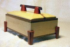Boite par Philippe78bois - Une boite faite d'après un plan d'une revue américaine. Encore une fois ramin et reste de plancher en merbau. Les pieds et la poignée sont en bois rouge. Les pieds sont en deux pièces assemblées en onglet....