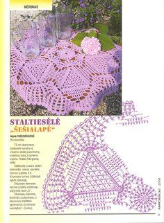 Napkin of triangular motifs and lace