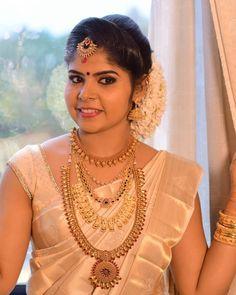 bridal jewelry for the radiant bride Kerala Bride, Hindu Bride, South Indian Bride, Hindu Wedding Photos, Indian Wedding Pictures, Saree Wedding, Wedding Bride, Bridal Sarees, Wedding Bells