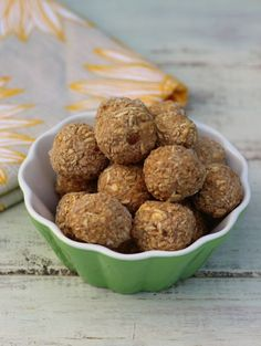 Peanut Butter and Apple Oat Balls - A vegan, gluten free raw cookie dough ball made with natural peanut butter and apple sauce and seasoned with cinnamon. The perfect little 31 calorie snack!