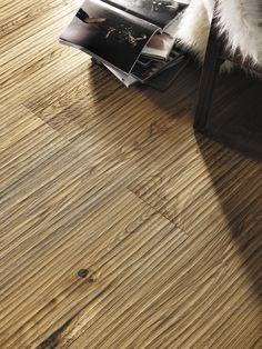 OAK COUNTRY RIVA MEZZO - Pavimentos flutuantes com madeira onde cada peça é criada como uma obra de arte.Vanguarda, design, inovação e qualidade são a marca diferenciadora dos pavimentos Mafi. Todas as superfícies são trabalhadas artisticamente, de forma artesanal, criando texturas únicas e padrões individuais, concebidos para se harmonizarem com o espaço envolvente. www.jular.pt. #woodflooring #design